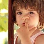 малко дете си бърка в носа